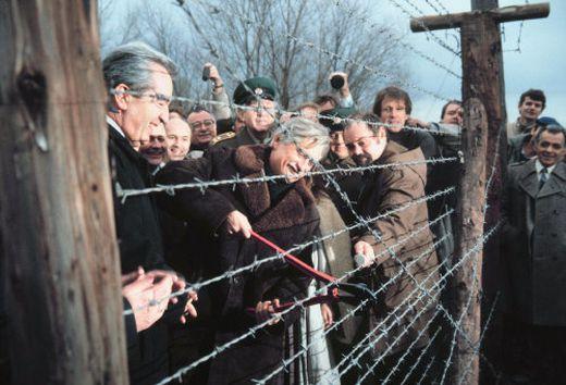 Außenminister Mock und Dienstbier durchschneiden 1989 tschechischen Grenzzaun
