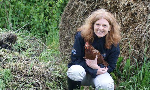 Tierärztin Doris Gansinger mit einem ihrer Hühner