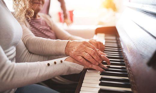 Im Alter noch zum Musikinstrument zu greifen bringt viele Vorteile mit sich