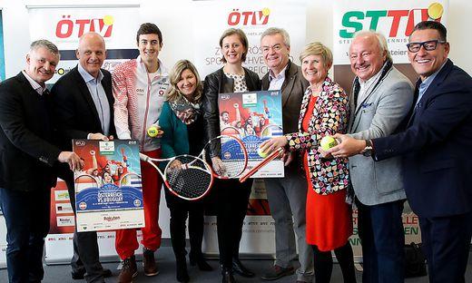 Von links: Thomas Schweda (ÖTV), Herwig Straka (emotion), Sebastian Ofner (Tennisspieler), Christina Toth (ÖTV), Barbara Eibinger-Miedl (Wirtschafts- und Tourismuslandesrätin), Anton Lang (Sportlandesrat ), Barbara Muhr (STTV), Anton Scherbinek (Bürgermeister) und Klaus Leutgeb (Co-Promoter)