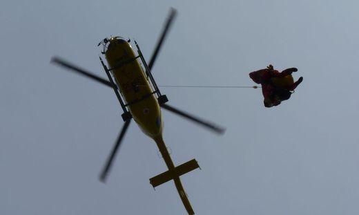 Mit dem Seil konnte die Besatzung des Rettungshubschraubers C14 den Mann bergen. Er wurde ins LKH Klagenfurt geflogen