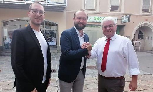 SPÖ-Bezirksparteiobmann Max Lercher gratuliert Bürgermeister Hannes Dolleschall