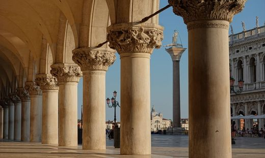 Die verlassene Piazzetta vor dem Dogenpalast in Venedig
