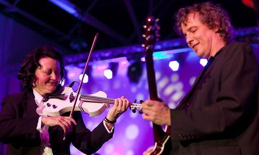 In bewährter Weise stehen Hermine Pack und Helmut Tomschitz gemeinsam auf der Bühne