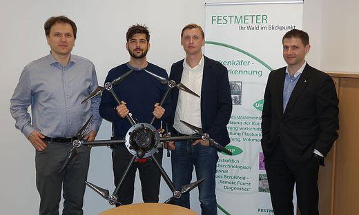 """Kurt Wöls, Daniel Lercher, Jochen Ringswirth und Bernd Cresnar (von links) von """"Festmeter"""" mit einer Drohne, die zur Überwachung des Waldes eingesetzt wird"""