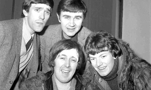 Im Vordergrund Spencer Davis mit seinen Bandmitgliedern Muff Winwood, Pete York und Steve Winwood (von links)