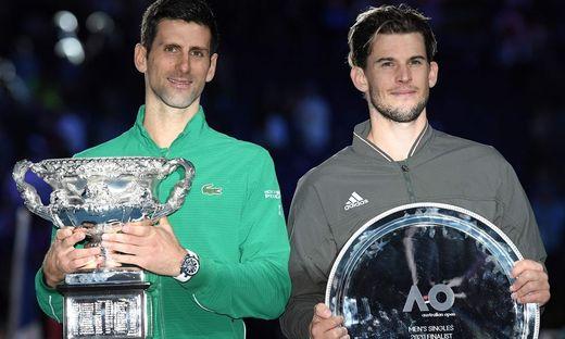 Novak Djokovic und Dominic Thiem mit ihren Trophäen