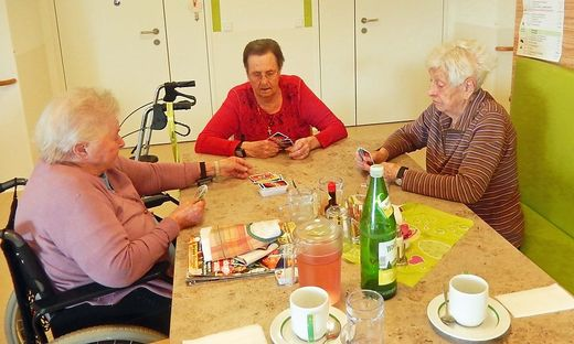 Kartenspielen, lesen, Handarbeiten und fernsehen - die beliebtesten Hobby im Seniorenheim