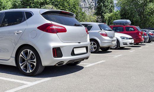 Die Parkplätze in der Siedlung sind ständig von Falschparkern besetzt!