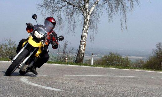 In einer Linkskurve geriet der 28-Jährige mit seinem Motorrad ins Schleudern (Sujetbild)