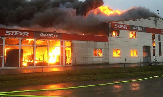 Traktor-Center ging in Flammen auf