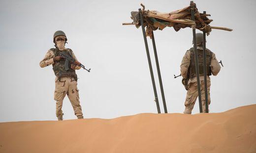 Die Regierung hat in den wüstenhaften Weiten außerhalb der Städte wenig Kontrolle, was nicht nur dschihadistische Gruppen, sondern auch kriminelle Netzwerke ausnutzen