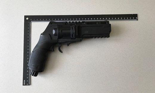 Die Tatwaffe. Die Gasdruckpistole schaue einer echten Pistole täuschend ähnlich.