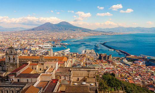 Der Vesuv ragt malerisch über den Stadtrand Neapels