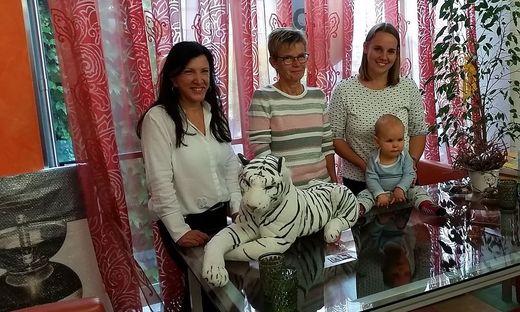 Corinna Böhm mit ihrem kleinen Julian, Mutter Anneliese und PIL-Chefin Anneliese Zöhrer