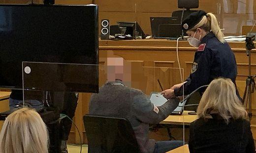 Der 54-jährige Angeklagte muss sich wegen Mordversuchs verantworten