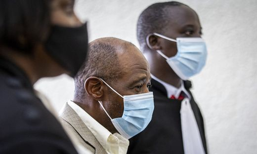 Paul Rusesabagina in der Mitte