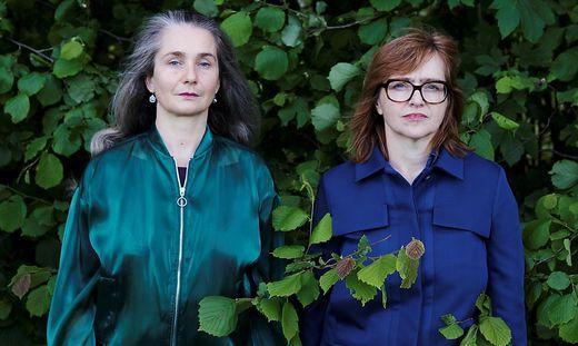 """Maria Gstättner (l.) und Angelika Reitzer in einem Video zum """"Inventar der Gegend"""""""