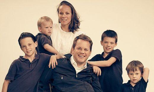 Gregor Demblin mit seiner Frau und den vier Söhnen