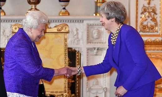 Queen Elizabeth und Theresa May