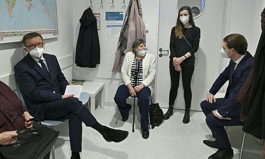 Gesundheitsminister Rudolf Anschober und Kanzler Sebastian Kurz beim Warten auf die erste Covid-Showimpfung ende Dezember