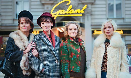 Caterina (Claudia Michelsen) beobachtet dies mit großem Unbehagen. Von links: Caterina (Claudia Michelsen), Helga (Maria Ehrich), Monika (Sonja Gerhardt) und Eva (Emilia Schüle)