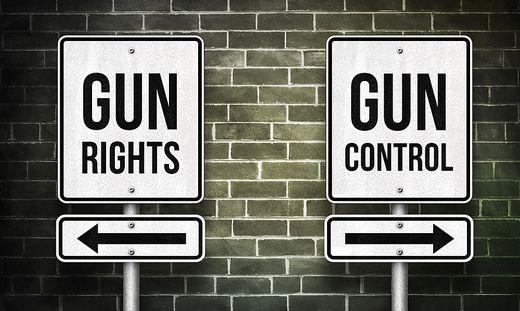"""Der Zweite Zusatzartikel, das sogenannte """"Second Amendment"""", ist die am heftigsten debattierte und umkämpfte Passage der amerikanischen Verfassung. Er verankert das Recht eines jeden US-Bürgers, eine Waffe besitzen zu dürfen"""