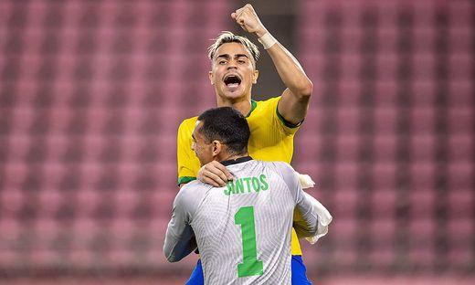 Brasiliens Elfmeterhelden: Torhüter Santos und Dortmund-Legionär Reinier, der den letzten Elfmeter verwandelte