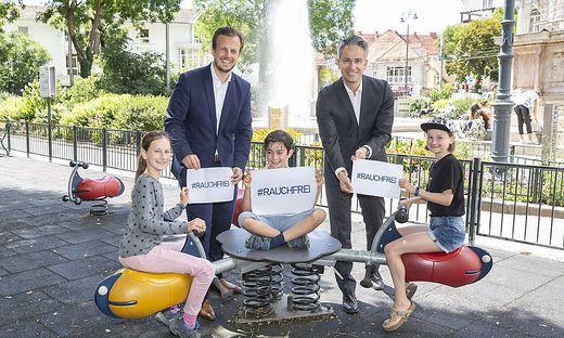 Bundesrat und Arzt Körnhäusl sowie Stadtrat Hohensinner präsentieren das Rauchverbot auf Grazer Spielplätzen.