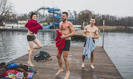Lucas Roger (Mitte) nimmt die Kälte mit Humor