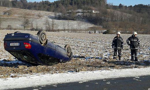 Das Auto landete in einem gefrorenen Acker