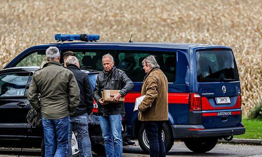 Vor der Tatrekonstruktion berieten sich noch die Ermittler: Auch eine Paketbomben-Attrappe wurde vorbereitet. Die Tatrekonstruktion selbst fand unter Ausschluss der Öffentlichkeit statt