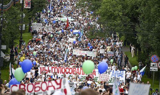 Zehntausende demonstrieren für die Freilassung Frugals