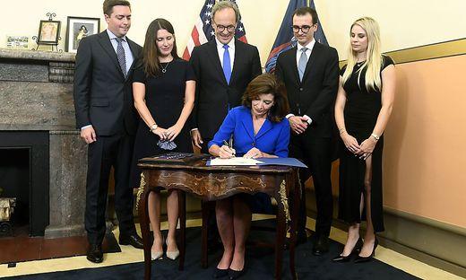 Kathy Hochul, die neue Gouverneurin von New York mit ihrer Familie