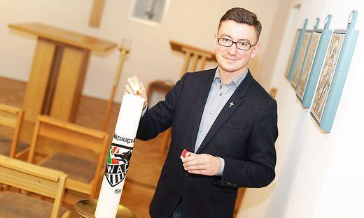 Pfarrer Krzysztof Kranicki begleitet den WAC als Fan vor Ort und im Gebet. In seiner Kirche in Wolfsberg zündet er eine eigene WAC-Kerze an