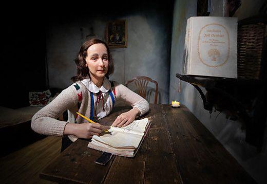 Eine Wachsfigur von Anne Frank im Madame Tussauds in Wien