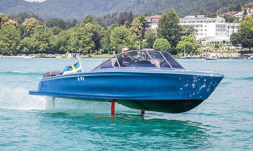 Bootsbauer Gustav Hasselskog schwebt mit der Candela Seven  über den Wörthersee