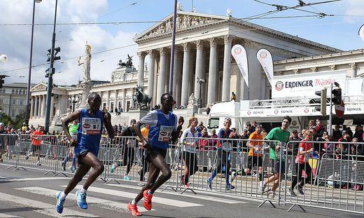 Der Kenianer Albert Korir gewann vor seinen Landsmännern Ishmael Bushendich und Ezekiel Omullo