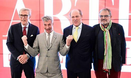 Von links: Giovanni Liverani (Arte GEnerali), Maurizio Cattelan, Philippe Donnet (Generali) und Fotograf Oliviero Toscani bei der Präsentation in Mailand