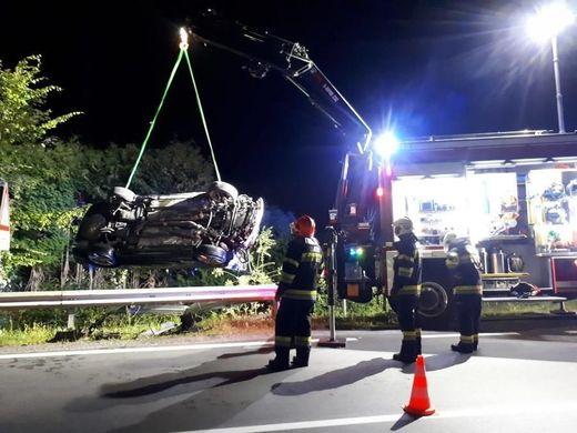 Die Feuerwehr barg das Unfallfahrzeug