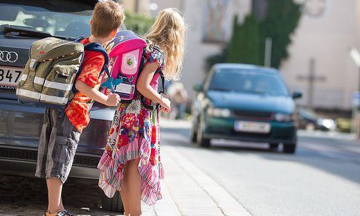 Damit Volksschülerinnen und Volksschüler sicher über die Straße kommen, werden wieder Schülerlotsen gesucht