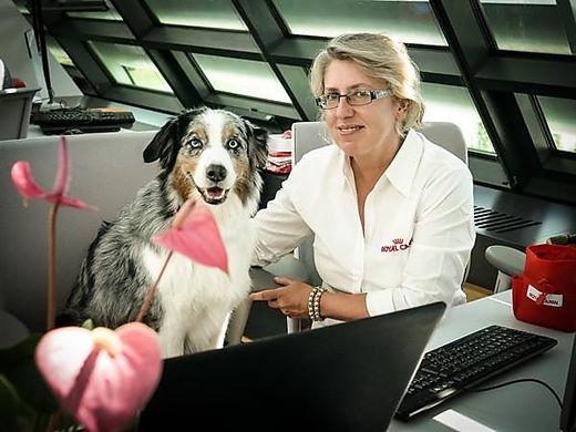 Anita Pachatz mit Hund Chi im Büro in Wien