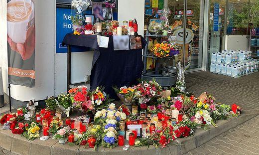 Blumen und Kerzen vor der Tankstelle in Idar-Oberstein