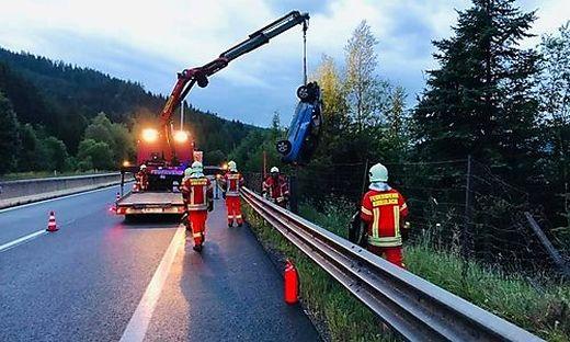 Das Unfallfahrzeug wurde von der Feuerwehr geborgen