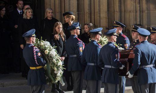 Töchter und Witwe von Karel Gott folgen dem Sarg