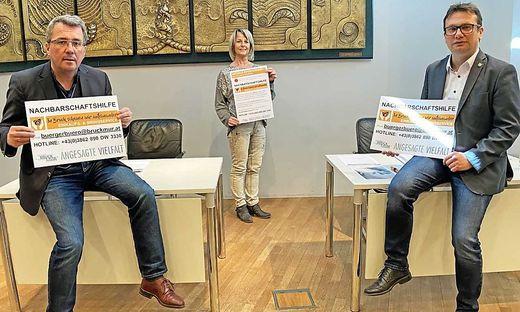 Bürgermeister Peter Koch, Fachbereichsleiterin Sonja Häuselhofer und Markus Hödl verweisen auf das Einkaufs- und Bringservice der Stadt Bruck