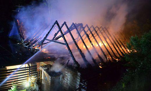 Der Dachstuhl des Wirtschaftsgebäudes brannte völlig aus