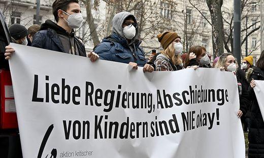 DEMONSTRATION 'SCHUeLER_INNEN GEGEN ABSCHIEBUNGEN'