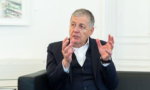 """Gerhard Zeiler 2019 im Interview mit der Kleinen Zeitung über sein neues Buch """"Leidenschaftlich Rot"""""""