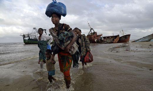Wasser wird immer kostbarer - zu viel davon ist aber genauso verheerend, Frauen aus Mosambik fliehen vor den Wassermassen